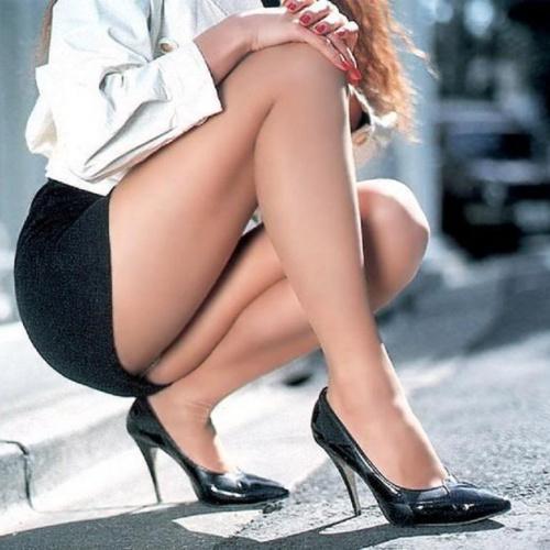 девки в мини юбках фото
