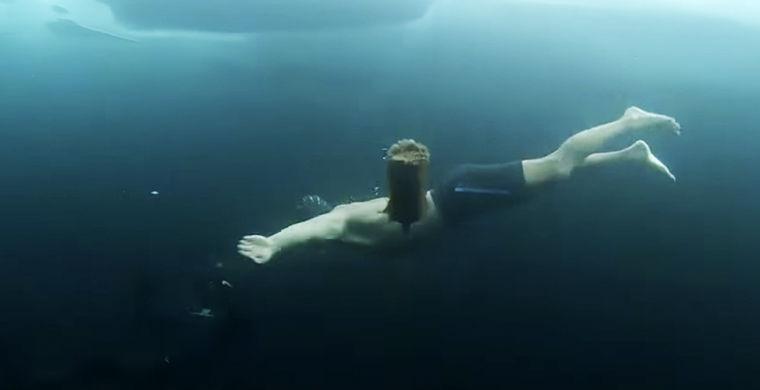 В одних плавках: появились кадры экстремального погружения под лед Байкала