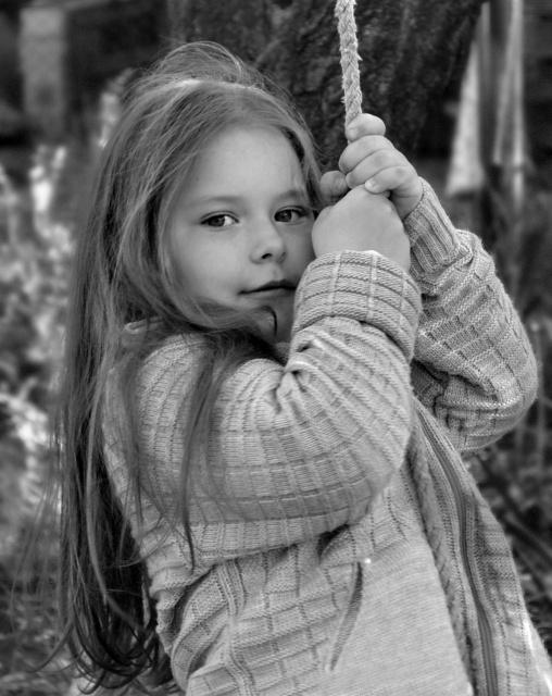 Девочка на качелях..
