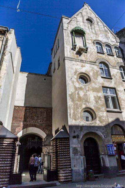 Самым большим культурным потрясением во Львове стало посещение Армянского собора. Его официальное название - Кафедральный собор Успения Пресвятой Девы Марии.