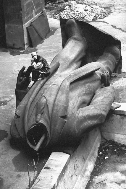 Американская певица и актриса Шер сидит на поверженной статуе Ленина. Ереван, Армения, 1993 год.