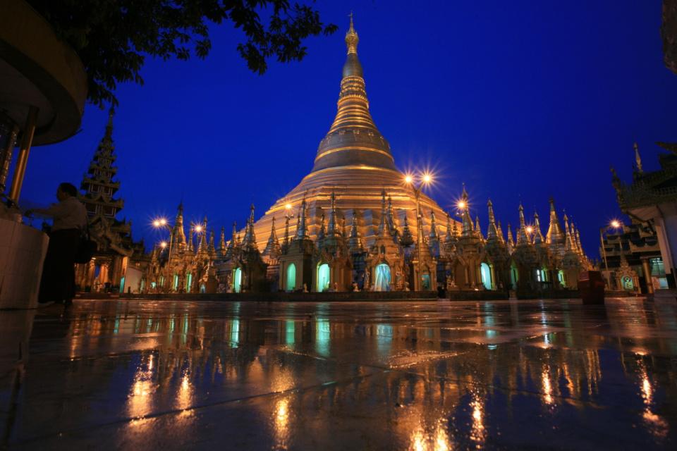 Пагода Шведагон гордо возвышается над окружающими постройками и ландшафтом благодаря своей 99-метровой высоте