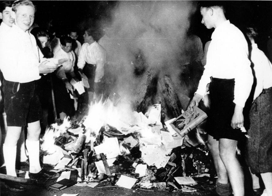 Представители нацистской молодежи сжигают книги в Зальцбурге, Австрия, 30 апреля 1938 года.