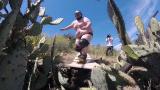 Эпичный прыжок на скейте в кактусы