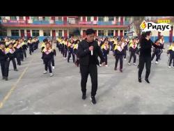 Директор школы в Китае танцует вместе с учениками