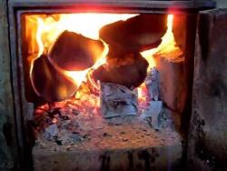 Бьется в тесной печурке огонь