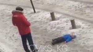 В Бишкеке мужчина пнул лежащего на земле ребенка