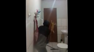 Парень попытался поймать крысу в ванной с помощью котейки, но тот сплоховал