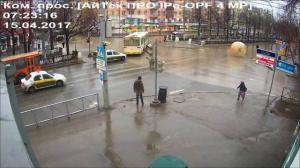 Житель Перми прокатился в зорбе по центру города