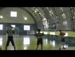 Толчок выполняет Лысенков Дима, крайний справа, гири по 10 кг.