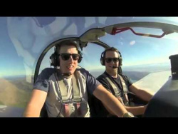 Пилот самолета издевается над другом, который боится летать
