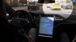 Тесла уворачивается от подрезавшей машины