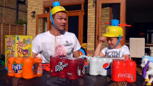 Лава из Coca Cola Pepsi Sweets соусов НА ЛИЦЕ Kids vs parents Wet Head Challenge