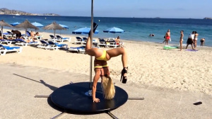 Танец на пилоне на пляже