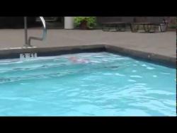 Невероятно!  Как плавает малыш!