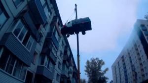 Парень поднял газель на 4-й этаж жилого дома