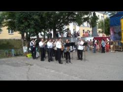 Духовой оркестр играет...