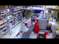 Финская продавщица отоваривает хлопцев из Африки :)))