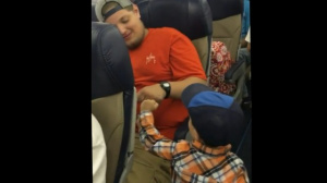 Мальчик поднял настроение пассажирам самолета