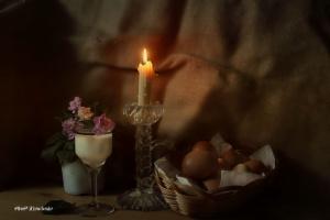 При свече