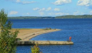 На пляже только фанаты: рыбак и любитель велосипедных прогулок. Ничего не поделаешь - осень.