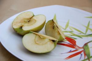 яблоко было разрезано на три неравные половины