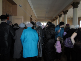 Зрители в фойе перед концертом С.Абрамова в день его юбилея.