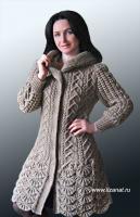 Вязаное пальто с каймой и капюшоном