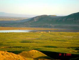 Таджико -Афганская граница. Вид на старую заставу и на речку Пяндж. За рекой граница , Афганистан.