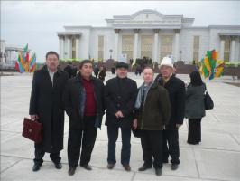 Киргизская и казахская делегации, плюс я, на фоне драмтеатра в Дашогузе, где прошла международная конференция
