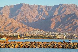 Каменная гряда на Красном море (Эйлат) и через неё - взгляд на Акабу (Иордания)