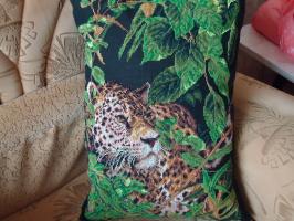 Вышитая диванная подушка