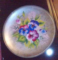 тарелка с анютиными глазками