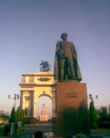 Памятник Г.Жукову перед триумфальной аркой в г.Курске