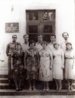 """10 лет после окончания 2-й школы - выпуск 1973 года. На ступеньках """"В"""" класс и их классный руководитель, учитель физики Э.В.Гаюкова. Июль 1983 года."""