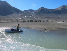 В каком месте на Земле есть озёра, которые никогда не замерзают и почему это так происходит?