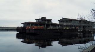Старое здание в порту.