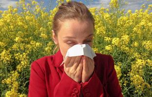 Кто из людей чихает естественно и не добавляет никаких звуков?