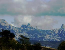 Вид на гору Монсерат из окна автобуса
