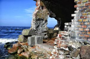 Море, лебеди. руины.