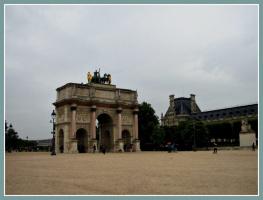 Пасмурный Париж-Триумфальная арка.