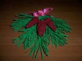 еловая ветка с шишками