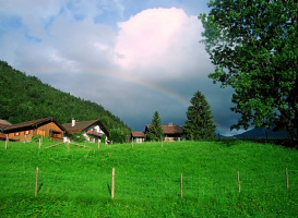 Над деревушкой той, что в зелени тонула, Вдруг радуга свой купол развернула...