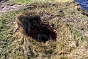 Дырка, где должен был выползти Алекс, но он прополз дальше.