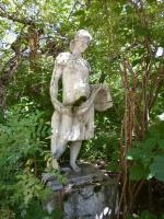Скульптура (теперь уже давно памятник) ткачихе в заброшенном, заросшем сквере льнокомбината. Июль 2015.