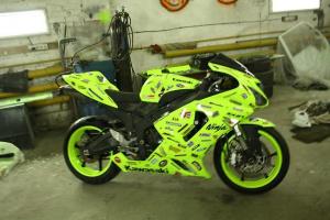 Мотоцикл окрашенный светящейся краской (при дневном свете)