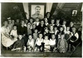 """В детском саду """"старого"""" Пучежа. 1946 год. Лето. Старшая группа моего дяди Веселова Валентина Викторовича."""