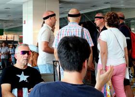 В аэропорту Турции я сфотографировала вот эту группу людей. Кто эти бритоголовые мужчины с чёрной повязкой?(+ 2 снимка)