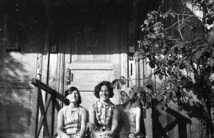 На крылечке родительского дома летним вечером 1970 года.