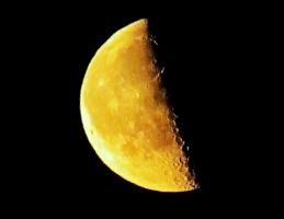 """""""Половина Луны. Равновесие зыбко! Похудеет Луна или пустится в рост? Половина Луны – как сквозь слёзы улыбка. В ней и горе, и радость – вперемешку, внахлёст!"""" (стихи прилагаются)"""